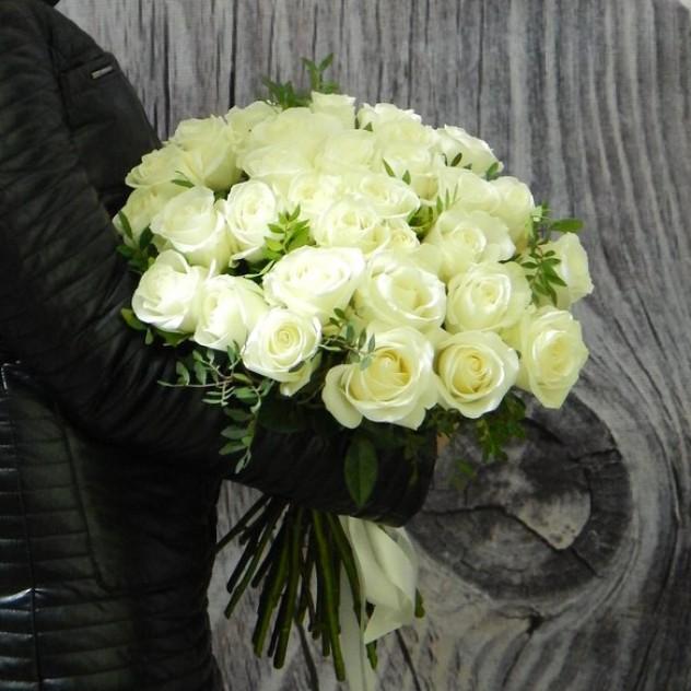 """Букет """"Тибет"""" 31 белоснежная роза и зелень фисташки"""