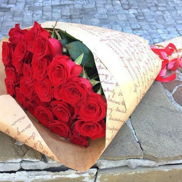"""Букет из 25 красных роз в крафт-бумаге """"Кармен"""""""